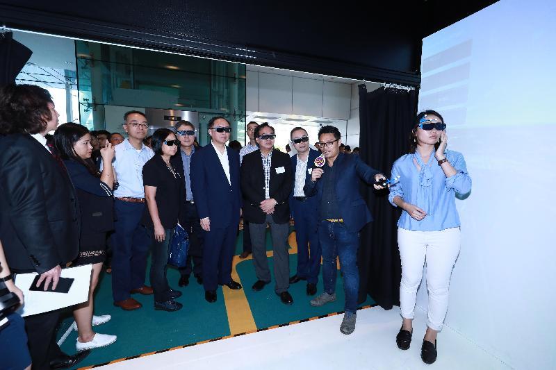 創新及科技局局長楊偉雄(右五)今日(十月二十一日)與其他主禮嘉賓參觀創新科技嘉年華2017香港科技園公司的展區,體驗由3D 影像構成的虛擬實景與擴增實境平台空間。