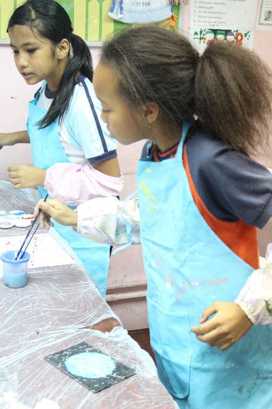 「意象--少數族裔人士社區藝術展覽」十月二十五日至三十一日於元朗劇院大堂展覽場地舉行。圖示少數族裔兒童製作藝術品。