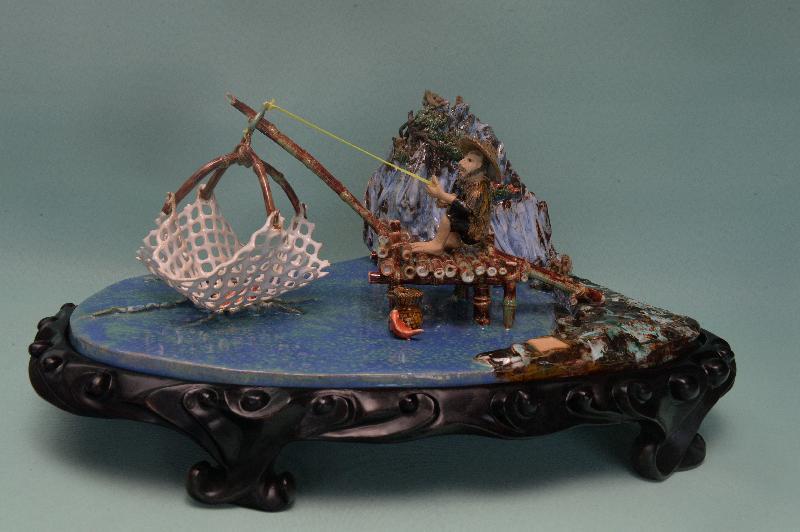 「慶祝香港回歸祖國二十周年--沙田文藝協會陶藝展覽」十月二十四日至二十九日在沙田大會堂展覽廳舉行。圖示何大鈞的陶瓷作品。