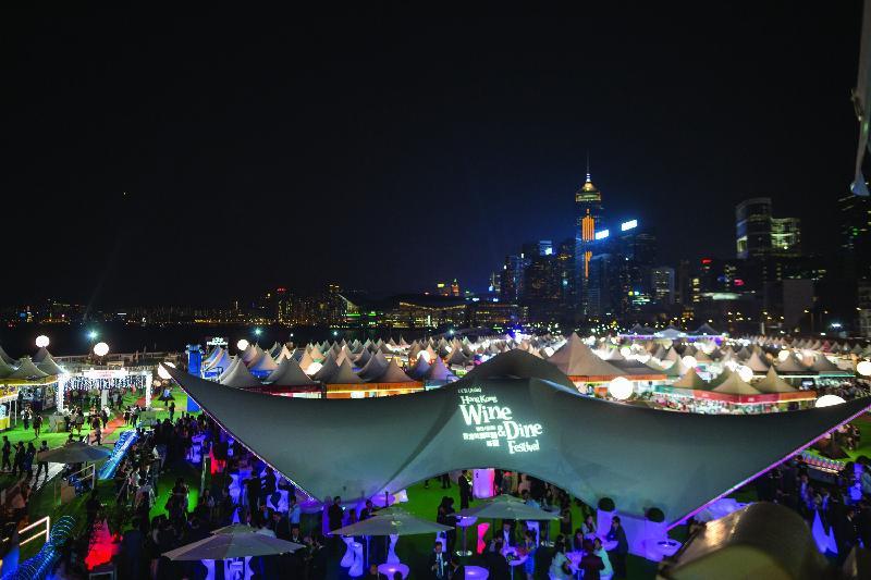 「香港美酒佳餚巡禮」十月二十六日至二十九日在中環海濱活動空間舉行。圖示去年活動的會場情況。