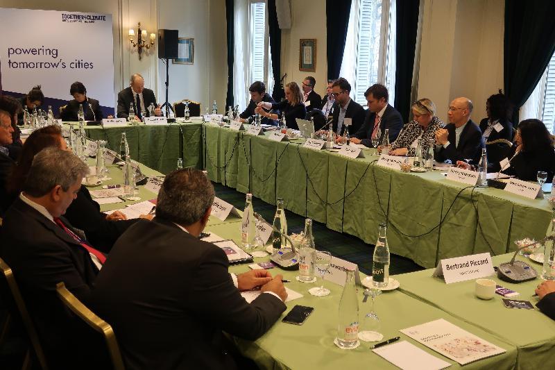 環境局局長黃錦星(右二)十月二十二日(巴黎時間)在法國巴黎參與由C40城市氣候領導聯盟主辦的論壇,並在以能源為主題的分組討論環節,與其他城市的市長分享香港減少碳排放的經驗。