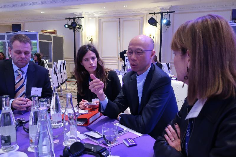 環境局局長黃錦星(右二)十月二十二日(巴黎時間)在法國巴黎參與CityLab 2017的開幕活動──市長創意工作室,了解以創意文化改善城市生活質素的最新策略。