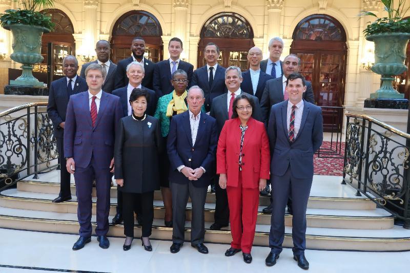 環境局局長黃錦星(第三排右一)十月二十二日(巴黎時間)在法國巴黎與C40城市氣候領導聯盟董事局主席兼聯合國城市與氣候變化秘書長特使彭博(前排中)及出席CityLab 2017的市長合照。