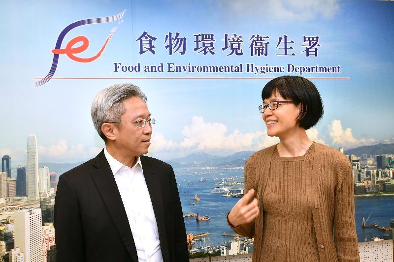 公務員事務局局長羅智光(左)今日(十月二十四日)到訪食物環境衞生署,與署長劉利群(右)會面,了解部門在提升食物安全及公眾衞生水平方面的工作。