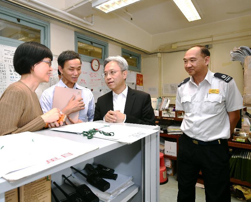 公務員事務局局長羅智光(右二)今日(十月二十四日)到訪食物環境衞生署,了解小販管理主任的職務。左一為食物環境衞生署署長劉利群。