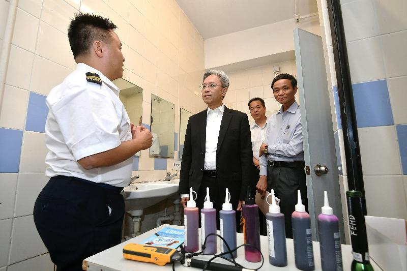 公務員事務局局長羅智光(左二)今日(十月二十四日)參觀食物環境衞生署,了解同事的滲水調查測試工作。