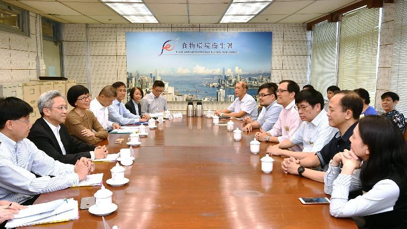 公務員事務局局長羅智光(左二)今日(十月二十四日)到訪食物環境衞生署,與不同職系的員工代表茶敍,了解他們關注的事宜。左一為公務員事務局常任秘書長周達明。
