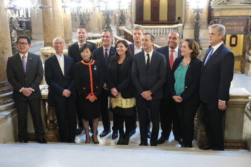 環境局局長黃錦星(前排左二)十月二十三日(巴黎時間)在法國巴黎與C40城市氣候領導聯盟指導委員會其他成員合照。