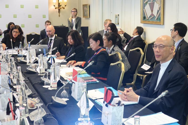 環境局局長黃錦星(右一)十月二十三日(巴黎時間)在法國巴黎出席C40城市氣候領導聯盟指導委員會會議,與其他城市的市長和官員商討應對氣候變化的工作。