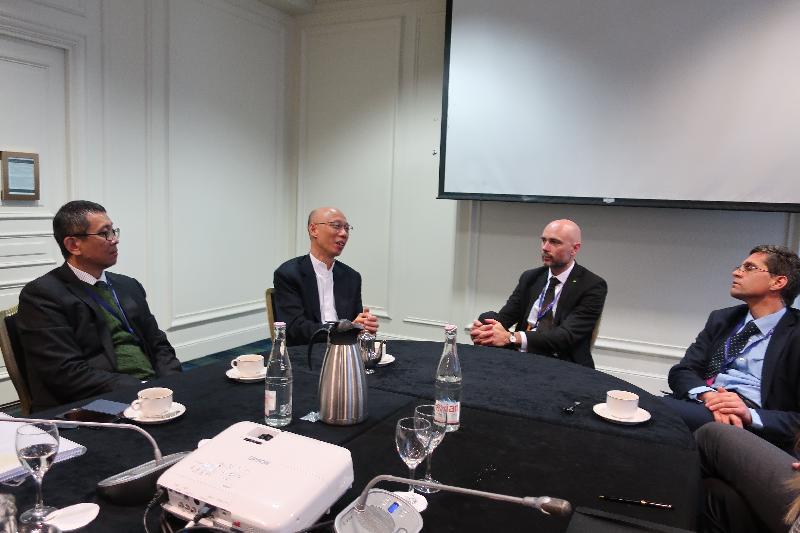 環境局局長黃錦星(左二)十月二十三日(巴黎時間)在法國巴黎與C40城市氣候領導聯盟執行總裁馬克瓦茲(右二)會面。