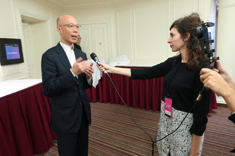 環境局局長黃錦星(左)十月二十三日(巴黎時間)在法國巴黎向傳媒簡介香港應對氣候變化的工作。