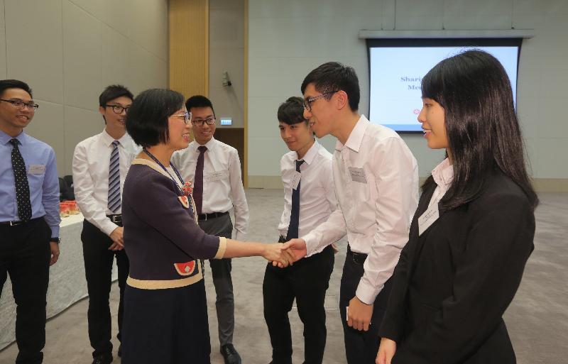 食物及衞生局局長陳肇始教授今日(十月二十四日)與香港中文大學和香港大學醫學生會面,聽取他們對醫學生培訓和香港醫療服務發展的意見。
