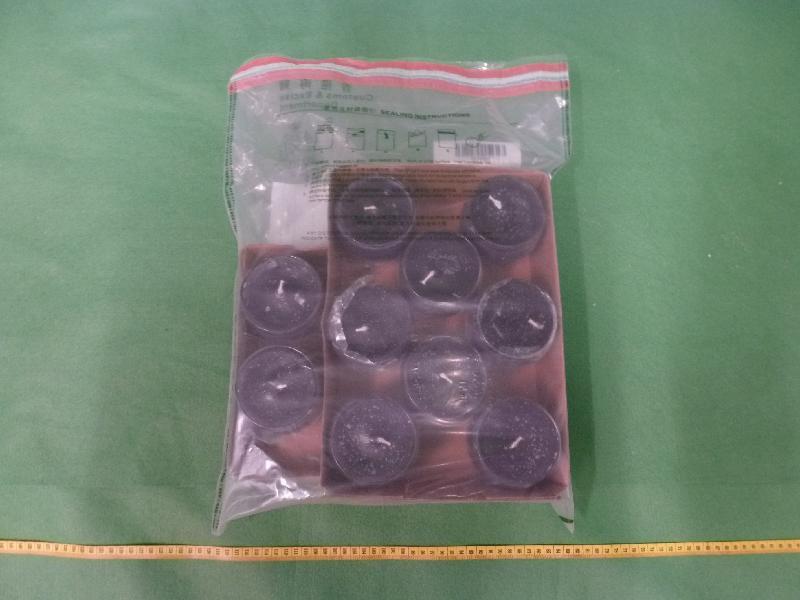 香港海關於十月二十一日及二十三日在香港國際機場檢獲共約六點七公斤懷疑可卡因,估計市值約五百九十六萬元,其中約五點二公斤懷疑可卡因被混入十件蠟燭內。