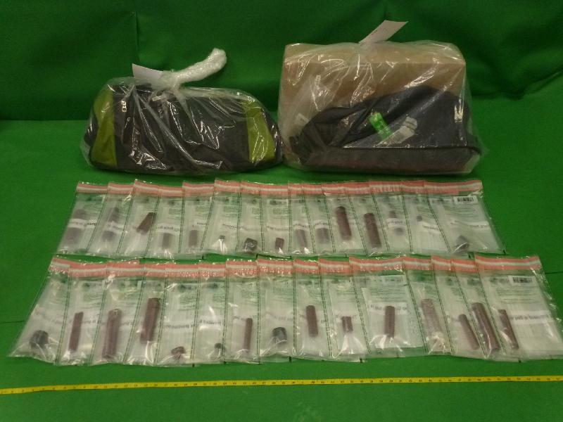 香港海關於十月二十一日及二十三日在香港國際機場檢獲共約六點七公斤懷疑可卡因,估計市值約五百九十六萬元,其中約一點五公斤懷疑可卡因藏於兩件寄艙行李的金屬支架及滾輪內。