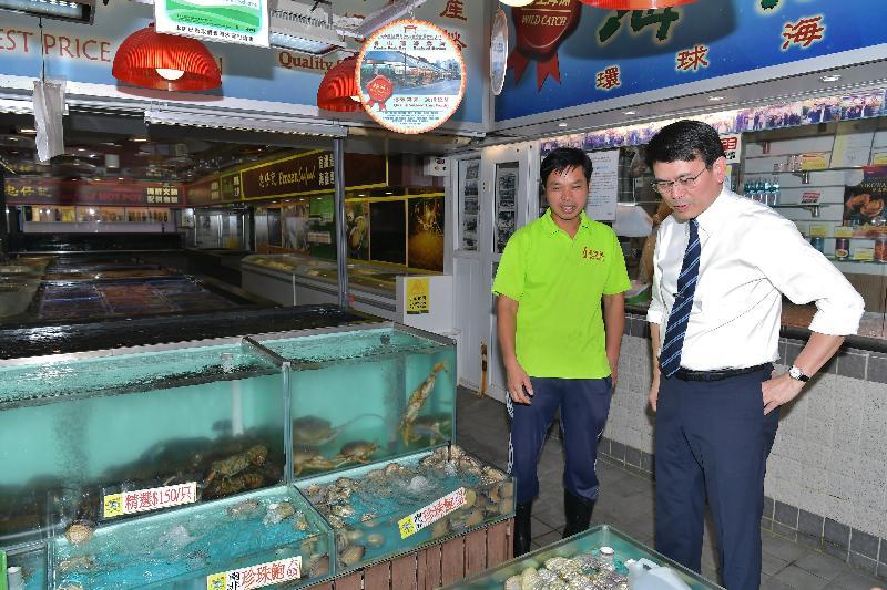 商務及經濟發展局局長邱騰華(右)今日(十月二十四日)到訪屯門區,參觀三聖街(又名三聖海鮮街),並與海鮮鋪商戶傾談,了解經營環境。