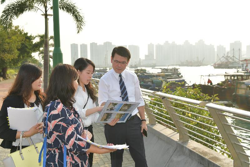 商務及經濟發展局局長邱騰華(右一)今日(十月二十四日)到訪屯門區,了解青山灣避風塘鄰近位置的未來發展計劃。