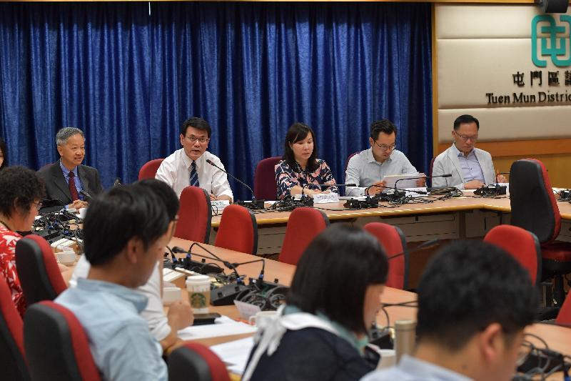 商務及經濟發展局局長邱騰華(左二)今日(十月二十四日)到訪屯門區,並與當區區議員會面,聽取他們對地區事務的意見。