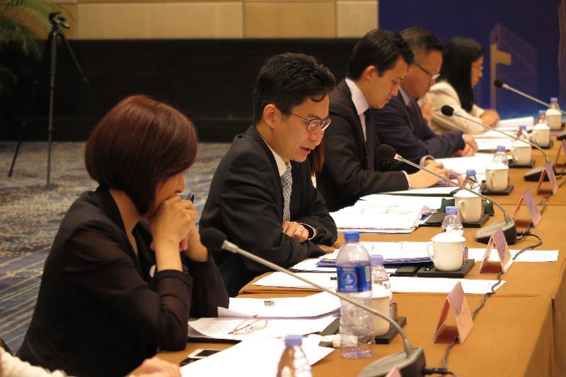 財經事務及庫務局副局長陳浩濂(左二)今日(十月二十五日)在粵港金融合作專責小組會議上致辭。