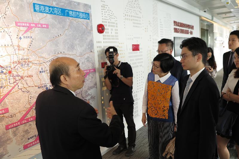 財經事務及庫務局副局長陳浩濂(右一)今日(十月二十五日)參觀廣東金融高新技術服務區,了解該地區的最新發展情況。