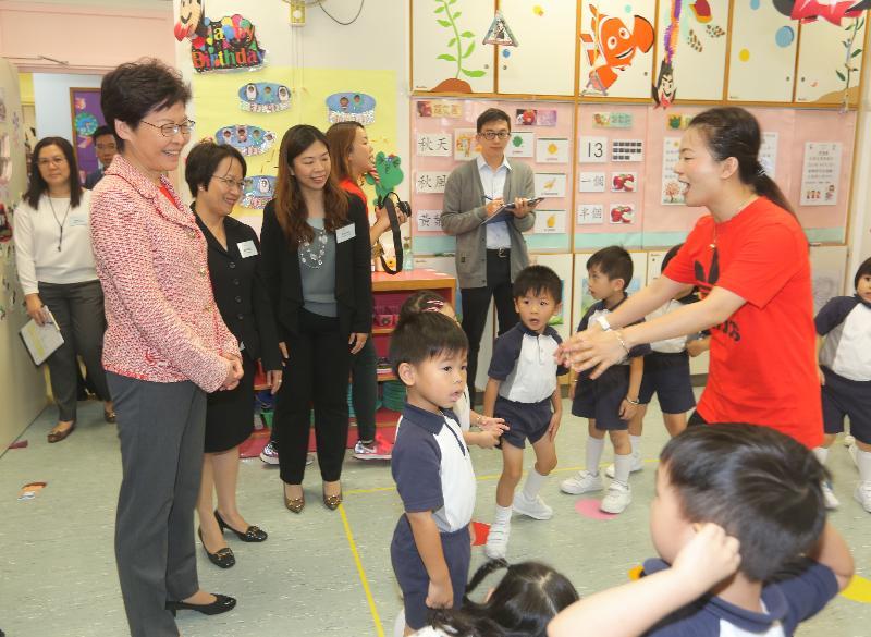 行政長官林鄭月娥今日(十月二十五日)到訪位於慈雲山的嗇色園主辦可立幼稚園。圖示林鄭月娥(左一)視察學童上課的情況。