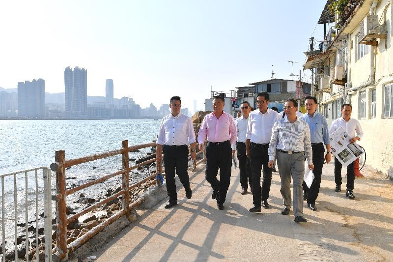 發展局局長黃偉綸(左三)今日(十月二十五日)在觀塘區議會主席陳振彬博士(左二)和觀塘民政事務專員謝凌駿(左一)陪同下到觀塘鯉魚門,視察該區早前受颱風影響的地點和相關跟進工作。
