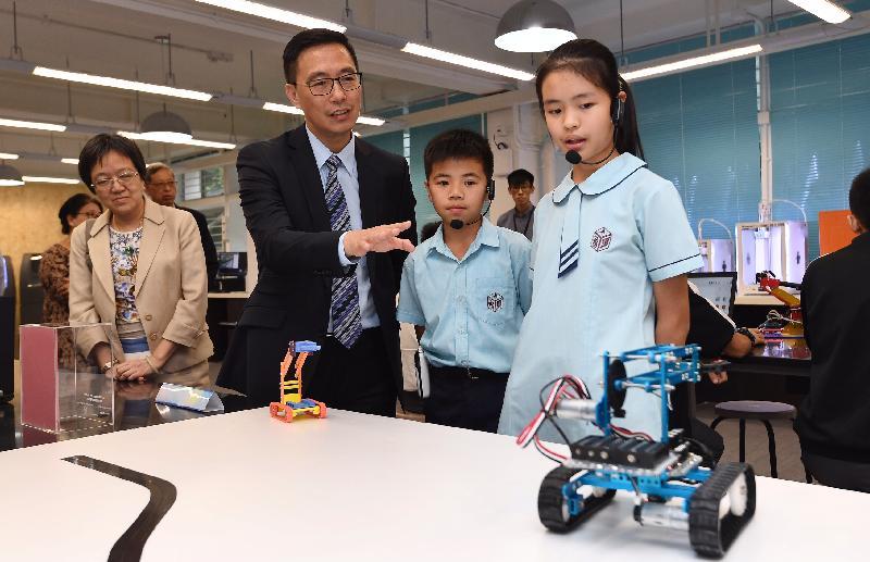 教育局局長楊潤雄(左二)今日(十月二十六日)參觀STEM教育中心內的設施。