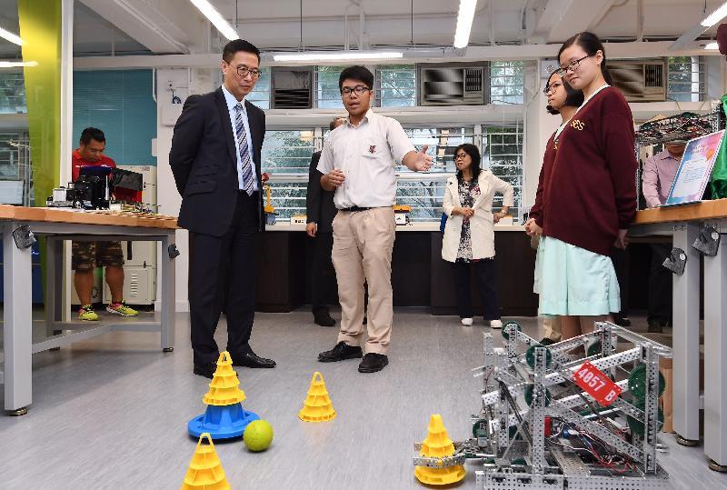 教育局局長楊潤雄(左一)今日(十月二十六日)參觀STEM教育中心內的設施。