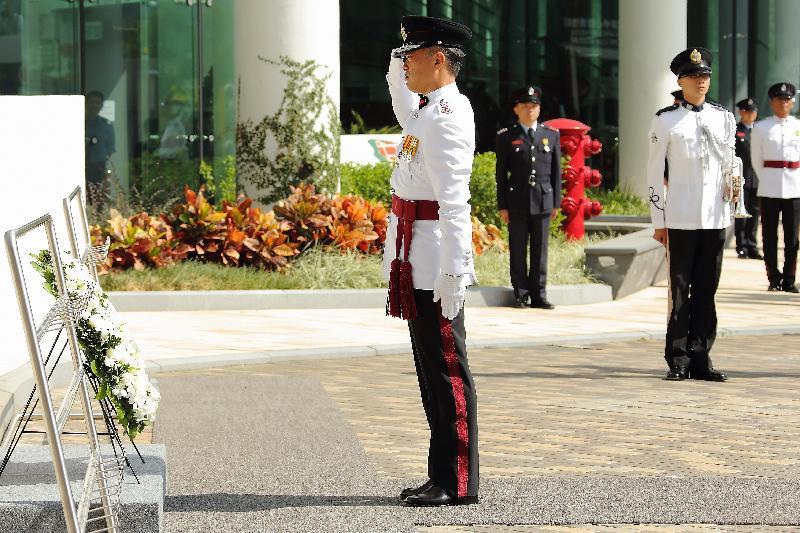 消防處處長李建日今日(十月二十六日)在「消防處紀念日」儀式上獻上花圈。