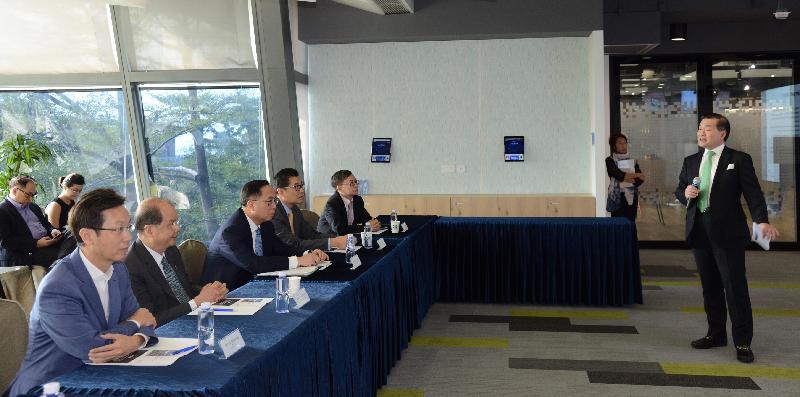 政務司司長張建宗(左二)和創新及科技局局長楊偉雄(左三)今日(十月二十六日)在南區區議會主席朱慶虹(左一)陪同下,聽取香港數碼港管理有限公司董事局主席林家禮博士(右一)簡介數碼港為初創企業在不同階段所提供的財政及專業支援。