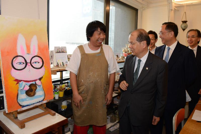 政務司司長張建宗(左二)和創新及科技局局長楊偉雄(左三)今日(十月二十六日)到黃竹坑參觀「ADC藝術空間」內的本地藝術家工作室,了解本地藝術創作最新發展。