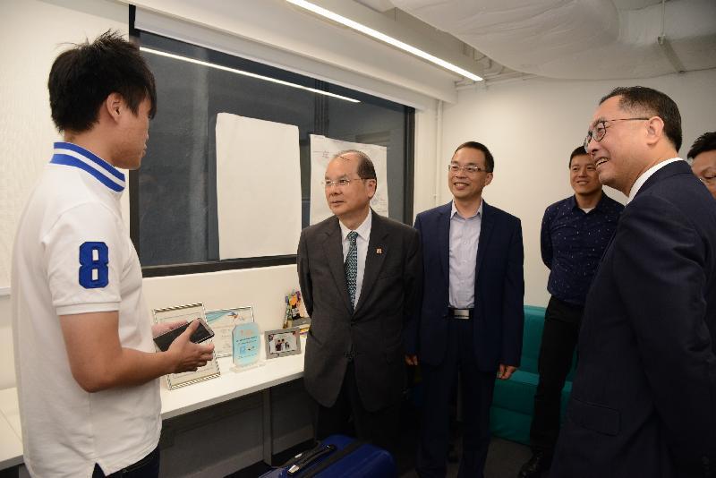 政務司司長張建宗(左二)和創新及科技局局長楊偉雄(右一)今日(十月二十六日)參觀香港青年協會賽馬會社會創新中心,了解中心啟發青年創新創業的工作。旁為香港青年協會總幹事何永昌(左三)及香港青年協會副總幹事魏遠強(左四)。