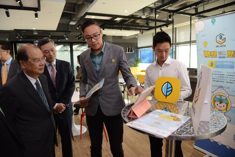 政務司司長張建宗(左一)今日(十月二十六日)在香港數碼港管理有限公司行政總裁林向陽(左二)陪同下,參觀數碼港,了解數碼港為初創企業在不同階段所提供的財政及專業支援。