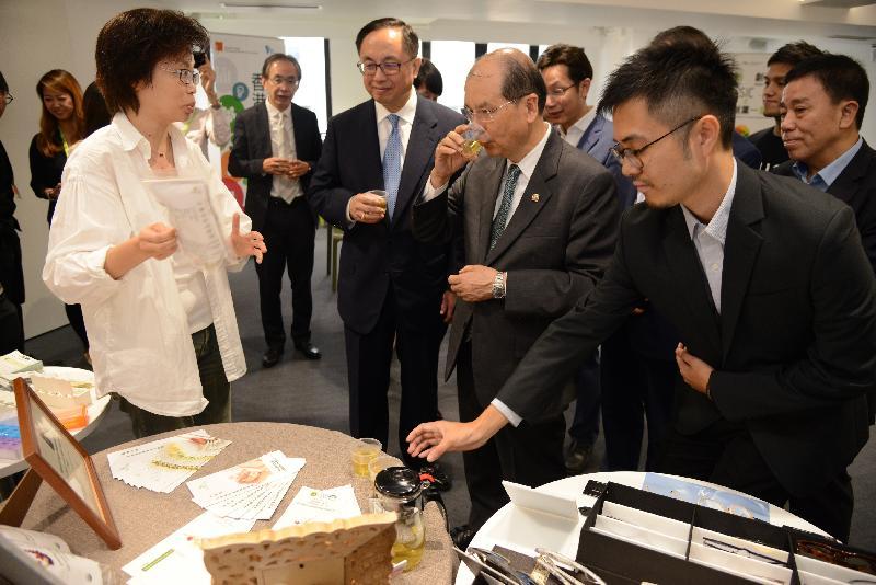 政務司司長張建宗(右二)和創新及科技局局長楊偉雄(左二)今日(十月二十六日)參觀香港青年協會賽馬會社會創新中心,了解中心啟發青年創新創業的工作。