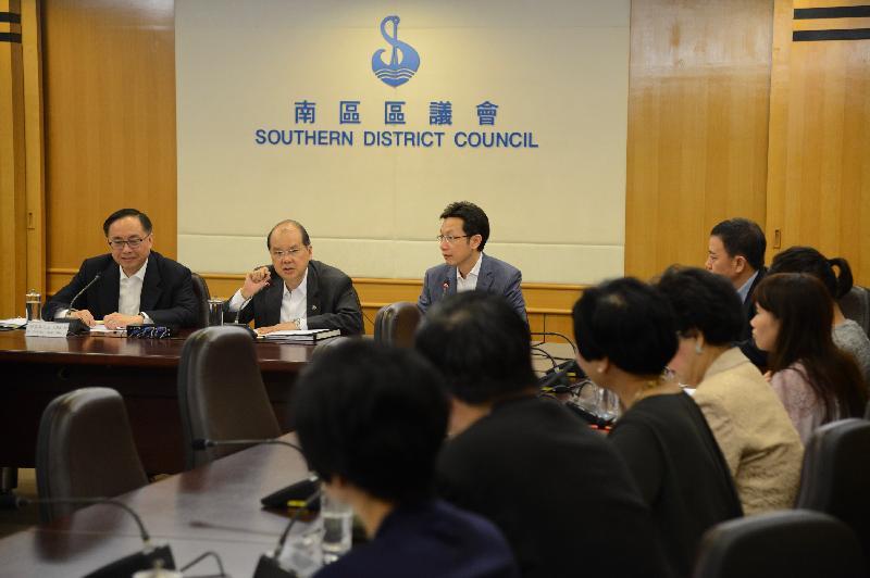 政務司司長張建宗(中)和創新及科技局局長楊偉雄(左)今日(十月二十六日)與南區區議員會面。出席會面包括南區區議會主席朱慶虹(右)。