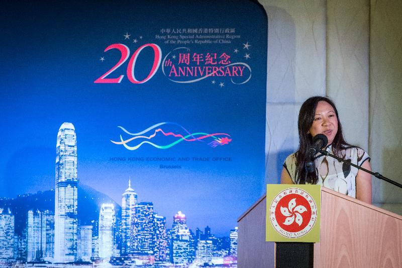 香港駐布魯塞爾經濟貿易辦事處分別於十月十九日(巴黎時間)及二十四日(布魯塞爾時間)在法國巴黎及比利時布魯塞爾舉辦以武術為主題的慶祝回歸二十周年晚宴。圖示香港駐歐洲聯盟特派代表林雪麗在布魯塞爾舉辦的晚宴上與嘉賓分享香港過去二十年的成就。
