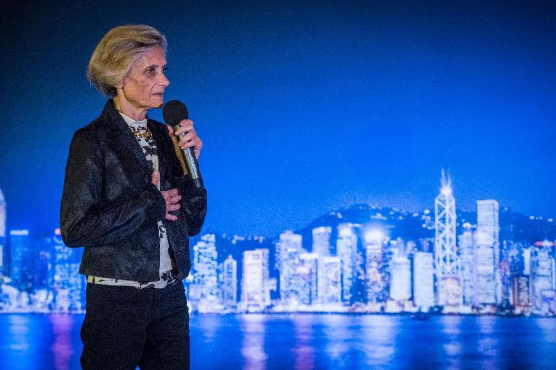 香港駐布魯塞爾經濟貿易辦事處分別於十月十九日(巴黎時間)及二十四日(布魯塞爾時間)在法國巴黎及比利時布魯塞爾,舉辦並以武術為主題的慶祝回歸二十周年晚宴。圖示專研中國文學和香港電影的法國學者Brigitte Duzan在晚宴上概述武術對香港文學、電影及文化的重要性。