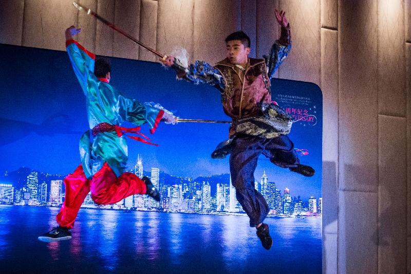 香港駐布魯塞爾經濟貿易辦事處分別於十月十九日(巴黎時間)及二十四日(布魯塞爾時間)在法國巴黎及比利時布魯塞爾舉辦以武術為主題的慶祝回歸二十周年晚宴。圖示香港武術聯會代表隊的運動員在晚宴上表演不同的武術技藝。