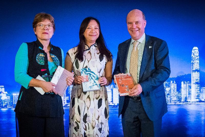 香港駐布魯塞爾經濟貿易辦事處分別於十月十九日(巴黎時間)及二十四日(布魯塞爾時間)在法國巴黎及比利時布魯塞爾,舉辦並以武術為主題的慶祝回歸二十周年晚宴。圖示香港駐歐洲聯盟特派代表林雪麗(中)向魯汶大學圖書館中文館藏專家Benedicte Vaerman(左)及根特大學代表Guido Van Huylenbroeck教授(右)捐贈金庸的經典小說作品。