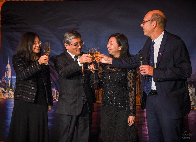 香港駐布魯塞爾經濟貿易辦事處分別於十月十九日(巴黎時間)及二十四日(布魯塞爾時間)在法國巴黎及比利時布魯塞爾舉辦以武術為主題的慶祝回歸二十周年晚宴。圖示香港駐歐洲聯盟特派代表林雪麗(右二)、中國駐法國公使關鍵(左二)、中華廚藝學院院長顔淑賢(左)及香港貿易發展局法國代表 Marc Allard(右)在巴黎晚宴上祝酒。