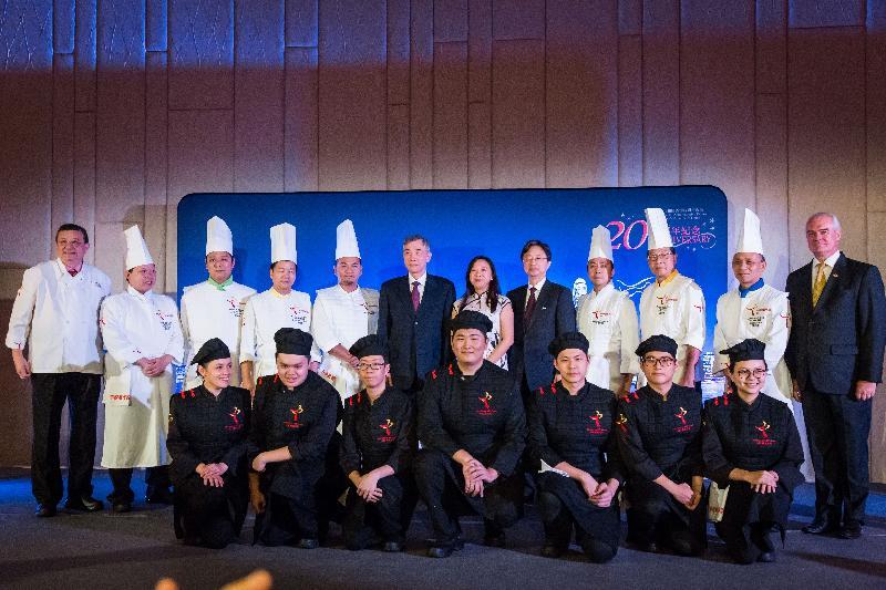 香港駐布魯塞爾經濟貿易辦事處分別於十月十九日(巴黎時間)及二十四日(布魯塞爾時間)在法國巴黎及比利時布魯塞爾舉辦以武術為主題的慶祝回歸二十周年晚宴。香港駐歐洲聯盟特派代表林雪麗(右六)與中國駐比利時大使曲星(左六)及中國駐歐盟使團代辦王紅堅(右五)與香港中華廚藝學院的代表、一眾廚師和學員在布魯塞爾舉行的香港晚宴上合照。