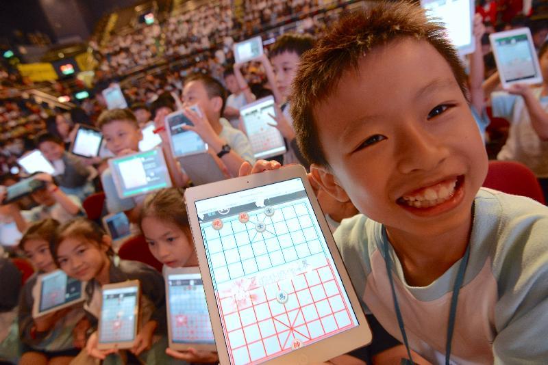 学生雀跃地参与今日(十月二十七日)的「AI对弈千人汇」挑战日。