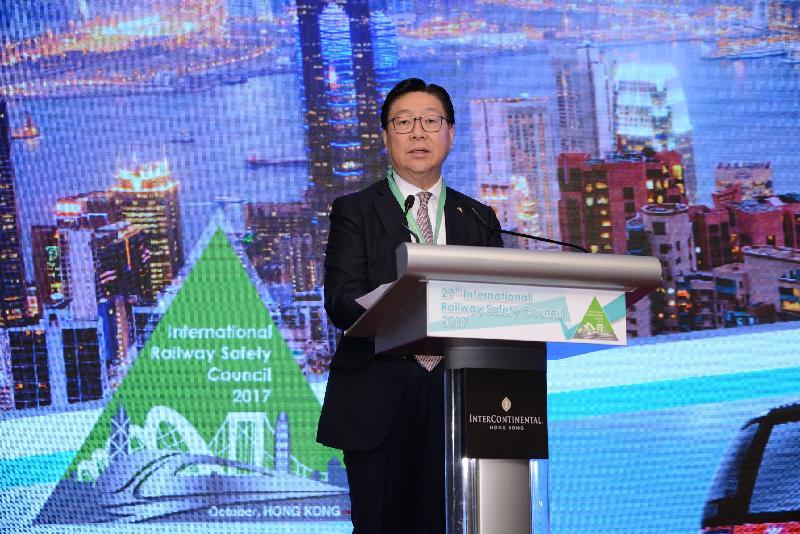 机电工程署联同香港铁路有限公司(港铁公司)于十月二十三至二十七日举办第二十七届国际铁路安全议会年度会议。图示港铁公司主席马时亨教授于十月二十三日的会议上致欢迎辞。