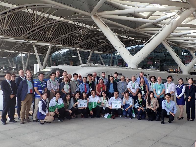 机电工程署联同香港铁路有限公司于十月二十三至二十七日举办第二十七届国际铁路安全议会年度会议。图示与会者于十月二十六日到广州高铁设施作实地考察。