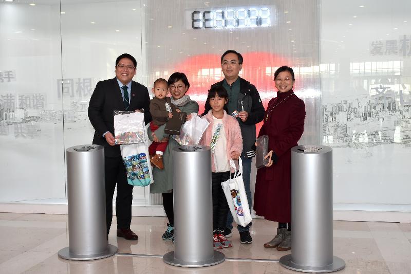 由香港特别行政区政府驻辽宁联络处在辽宁省博物馆举办的「香港回归祖国二十周年—同心创前路 掌握新机遇」成就展(成就展)沈阳巡回展今日(十月二十九日)圆满结束。「同心圆」互动装置自北京成就展在中国国家博物馆展出后,在多个省、市、自治区进行了巡展,一共收集到1,169,929次「心跳」。香港特别行政区政府驻北京办事处助理主任黄敏(右一)和驻辽宁联络处主任董旭麟(左一)今日在展览圆满结束一刻与献上心跳的观众在「同心圆」前合照。