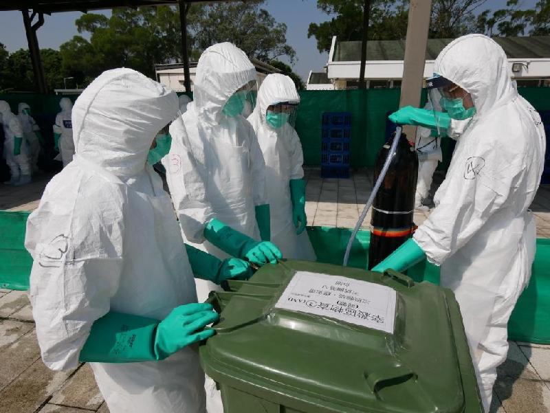 漁 農 自 然 護 理 署 今 日 ( 十 月 三 十 一 日 ) 舉 行 演 習 , 以 檢 視 部 門 在 香 港 爆 發 高 致 病 性 禽 流 感 須 進 行 家 禽 銷 毀 行 動 時 的 應 變 能 力 。 圖 示 參 與 禽 流 感 應 變 演 習 的 人 員 模 擬 銷 毀 家 禽 。