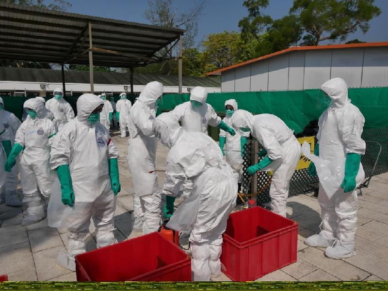 漁 農 自 然 護 理 署 今 日 ( 十 月 三 十 一 日 ) 舉 行 演 習 , 以 檢 視 部 門 在 香 港 爆 發 高 致 病 性 禽 流 感 須 進 行 家 禽 銷 毀 行 動 時 的 應 變 能 力 。 圖 示 參 與 禽 流 感 應 變 演 習 的 人 員 完 成 銷 毀 家 禽 行 動 後 進 行 徹 底 消 毒 。