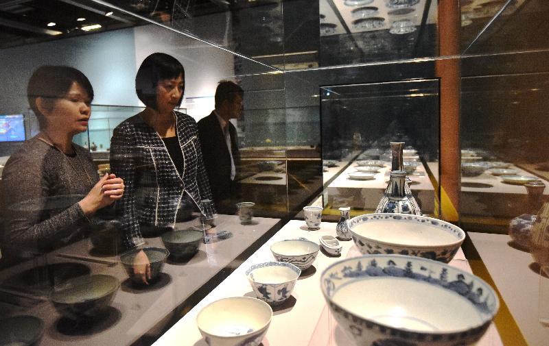 《牽星過洋——明代海貿傳奇》展覽開幕典禮今日(十一月二日)在香港文物探知館舉行。圖為古物古蹟辦事處一級助理館長(考古保存)岑佩玉(左)向康樂及文化事務署署長李美嫦介紹展品。