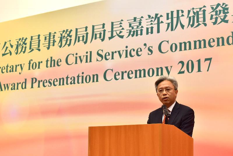 公務員事務局局長羅智光今日(十一月二日)在公務員事務局局長嘉許狀頒發典禮上致辭,表揚有優秀工作表現的公務員。