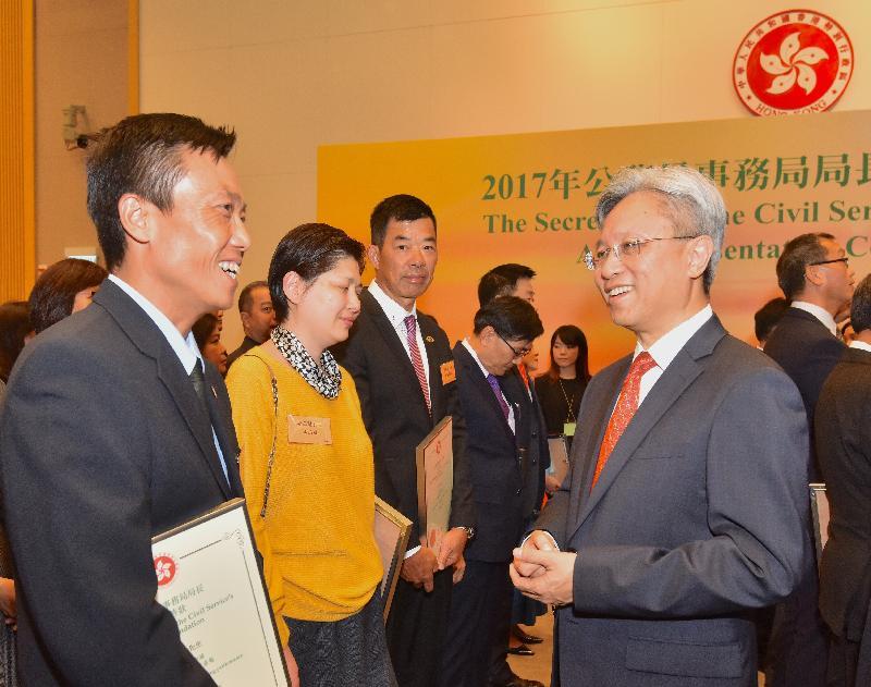 公務員事務局局長羅智光(右)今日(十一月二日)在公務員事務局局長嘉許狀頒發典禮上祝賀獲獎的公務員。