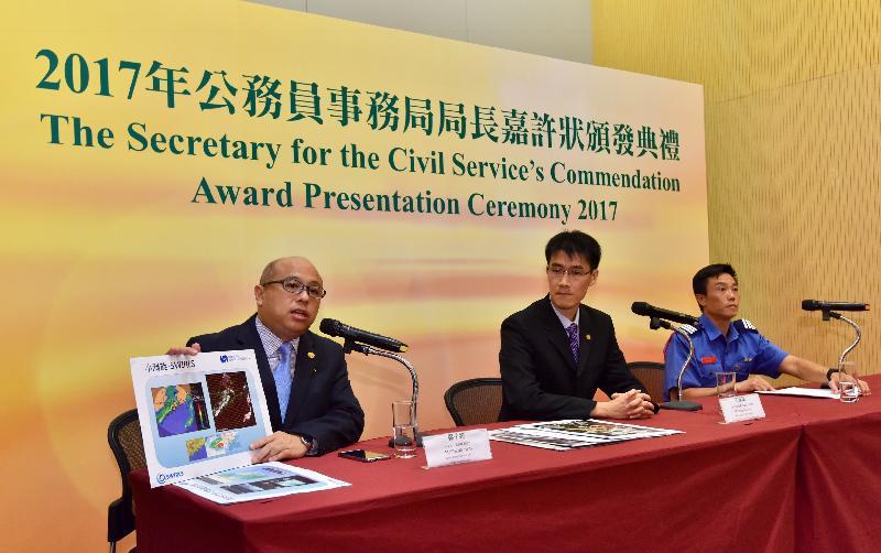 公務員事務局局長嘉許狀頒發典禮今日(十一月二日)在政府總部舉行。圖示其中三名獲得嘉許的公務員向傳媒講述他們的工作經驗。